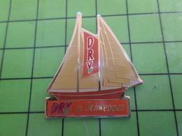 1018c Pin's Pins / Rare Et De Belle Qualité / THEME BATEAUX : VOILE VOILIER YACHT DRY DE SCHWEPPES - Barcos