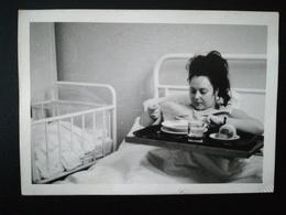120 PHOTOS ORIGINALES NOIR-BLANC MAJORITAIREMNT CENTRÉES SUR LES PERSONNES DIVERS LIEUX BELGIQUE FRANCE 1930 À 1960. - Album & Collezioni
