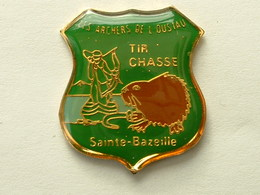 Pin's  TIR A L'ARC - LES ARCHERS DE L'OUSTAU - TIR CHASSE - SAINTE BAZEILLE - Tir à L'Arc