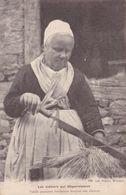 VENDEE – Les Métiers Qui Disparaissent – Vieielle Paysanne Vendéenne Broyant Son Chanvre 1903 - France