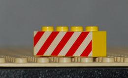 Lego Brique Jaune 1 X 4 Avec Des Bandes Rouges Dangereuses Sur Un Motif Blanc Imprimé Ref 3010p15 - Lego Technic