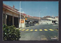 CPSM 30 - ALES - La Gare - TB PLAN EDIFICE FERROVIAIRE - CHEMIN DE FER + STAND MAGASIN ROUTE RAIL - Alès