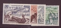 Madagascar N° 327 à 330** - Neufs