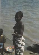 REPUBLIQUE CENTRAFRICAINE--RARE--BANGUI---jeune Fille Au Bord De L'eau--( Nu Nue Seins Nus )--voir 2 Scans - Centrafricaine (République)