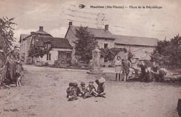 REF.HI . CPA . 87 . MASLEON . PLACE DE LA REPUBLIQUE  ( 2 Scans ) CARTE PLISSE VENDU DANS L'ETAT - France