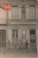 T11-82) CASTELSARRASIN - CARTE PHOTO DU 15/8/1910 - PLACE DU PROGRES - HOTEL DES POSTES  - (ANIMEE - FACTEUR - 3 SCANS) - Castelsarrasin