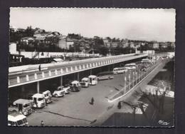 CPSM 30 - ALES - La Gare Routière - SUPERBE PLAN Plusieurs AUTOBUS AUTOCARS + GARE CHEMIN DE FER Derrière TRAIN - Alès