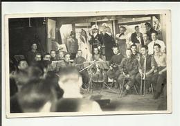 """MILITARIA .GUERRE  1939 / 45 . STALAG XVII B . PHOTO PRISONNIER SPECTACLE THEATRE ET MUSICIEN . """" LEYMARIE ROGER """" - Guerre, Militaire"""