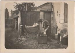 T12-35) ERCE EN LAMEE -AUTHENTIQUE PHOTO -  UNE HABITATION AVEC FEMME A LA LESSIVE ET LANDAU AVEC BEBE - (2 SCANS ( - France
