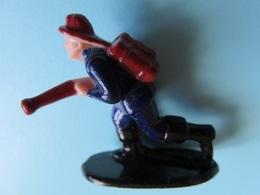 130 - Figurine Pompier Avec Lance Incendie - Figurines