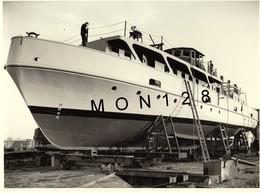 BATEAU A PASSAGERS DE LA MARINE NATIONALE EN COURS DE CONSTRUCTION SUR CALE- PHOTO DIM 24x17,5 Cms - Barcos