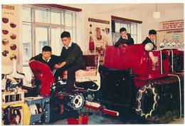 COREE DU NORD, PYONGYANG - Les Pionniers, Laboratoire Des Tracteurs - Korea, North