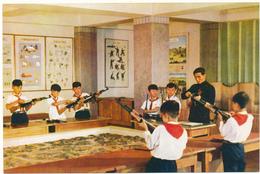 COREE DU NORD , PYONGYANG - Les Pionniers S'adonnant Au Démontage Et Au Montage Du Fusil - Korea, North
