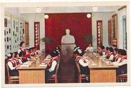 COREE DU NORD , PYONGYANG - Les Pionnieres Apprennent Les Idées Révolutionnaires Du Maréchal Kim II Sung - Korea, North