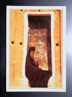 Carte Postale : MAURITANIE : Mauritanienne Assise Sur Le Pas De Sa Porte à OUALATA - Mauritanie