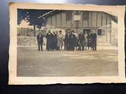 Photographie D'un Groupe De Personnes Devant Une Maison Du Sud Ouest, 16 Cm Sur 11 Cm - Personnes Anonymes