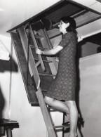 Jeune Femme Actrice? Sur Un Escalier De Grenier Ancienne Photo De Presse Vers 1970 - Photographs