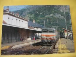 TRAIN 2447 - CPM. LA BB 22356, UN TER LYON PART DIEU-MODANE MARQUE L'ARRET EN GARE DE ST JEAN DE MAURIENNE. JUIN 2006. - Stazioni Con Treni