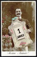 Homme à Moustache En Costume Montrant Un Grand Calendrier - Circulé - Circulated - Gelaufen. - Hommes
