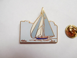 Superbe Pin's En Zamac , Marine Bateau Voilier ,  Astra , P.J.D , Signé Lalande Et Collin - Barcos