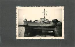 BATEAU DE GUERRE- F716 Le Verrier,Fégate à Bayonne En 1951( Photo Format 8,8cm X 6,2cm). - Bateaux
