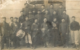 CARTE PHOTO GROUPE DE SOLDATS  ET TAMBOUR - Militaria