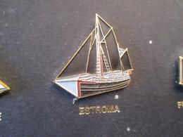 210c Pin's Pins / Beau Et Rare : Thème BATEAUX : VOILE VOILIER VIEUX GREEMENT BREST 92 L'ESTROMA Dans Les Talons ? - Boats