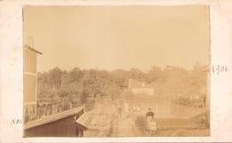 PHOTO DE PERSONNES DANS UN JARDIN 1906 COLLEE SUR UN CARTON 14 X 9 CM - Lieux