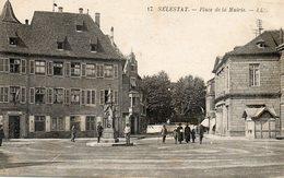 CPA - SELESTAT (67) - Aspect De La Place De La Mairie Dans Les Années 20 - Selestat