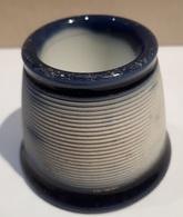 ANCIEN PYROGENE - GRATTOIR A ALLUMETTES - PORCELAINE - BLANC ET BLEU - HAUTEUR 6.5CM - BASE 6.5CM. - Pyrogènes