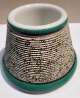 ANCIEN PYROGENE - GRATTOIR A ALLUMETTES - PORCELAINE - BLANC VERT ET NOIR - HAUTEUR 6 CM - BASE 8.5CM. - Mecheros (Pyrogenes)