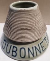 ANCIEN PYROGENE - GRATTOIR A ALLUMETTES - PORCELAINE - DUBONNET VIN AU QUINQUINA - HAUTEUR 8 CM - BASE 10 CM. - Pyrogènes