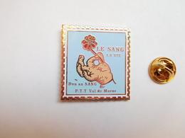 Beau Big Pin's  , La Poste , PTT Val De Marne , Don Du Sang - Post