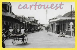 CPSM MADAGASCAR - TAMATAVE - Une Rue Animée Avec Commerce - Pouce Pouce ( Photo Cliché Papier GEVAERT ) - Madagascar