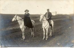 Carte Photo. Soldat Sur Un Cheval Et Son épouse - Régiments