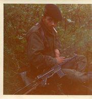 PHoto D'un Soldat En Uniforme Dans Les Broussailles Avec Son Fusil Mitrailleur - Guerre, Militaire