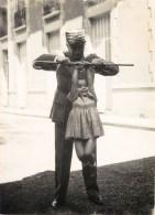 LE MARECHAL PETAIN JOUANT AVEC ENFANT PHOTOGRAPHIE ORIGINALE GUERRE COLABORATION VICHY - Guerre, Militaire