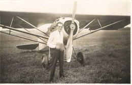 CARTE PHOTO : AVIATEUR DEVANT SON AVION AEROPLANE - Aviateurs