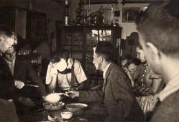 Photo Originale Etrange Séance De Barbecue Au Salon, Feu & Tension Maximale ! Rituel étrange En 1941 - Légende Dos - Anonymous Persons