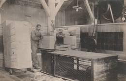 PHOTO SOUPLE (13.5x8.5 Cm) OUVRIERS ATELIERS DE CAISSAGE USINE PERNOD FILS ANNÉE 1910 ENVIRON PONTARLIER (25) - Métiers