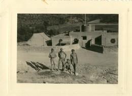 Algérie 1956 . Dans Les Aurès , TENIETZ , Maison Forestière .  Militaires En Short Et Torse Nu .  2 PHOTOS  . - Guerre, Militaire