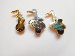Belle Série De 3 Pin's Différents , Banque Crédit Agricole , Club Saxo - Banche