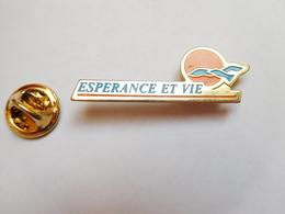 Beau Pin's , Association , Espérance Et Vie , Mouvement Chrétien - Banche