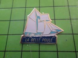 1018c Pin's Pins / Rare Et De Belle Qualité / THEME BATEAUX : GOELETTE LA BELLE POULE - Barche