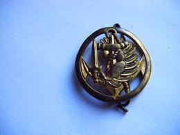 PUCELLE ANCIEN INSIGNE Insigne De Béret T.A.P. T.D.M, Cerclé, Marquage En Relief COINDEROUX PARIS - Army & War