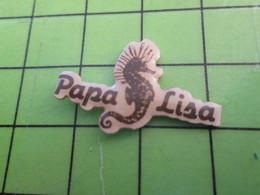 1118a Pin's Pins / Rare Et De Belle Qualité / THEME ANIMAUX / HIPPOCAMPE PAPA LISA - Animals