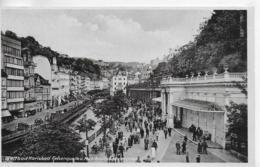 AK 0043  Karlsbad - Felsenquelle Und Mühlbrunnkollonaden Um 1944 - Böhmen Und Mähren