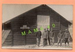 CARTE PHOTO DE 1915 - MILITARIA - WWI - 6 POILUS DU 45 REGIMENT D'ARTILLERIE DEVANT BARAQUE GPA 4 - ARMES MUNITIONS - War 1914-18
