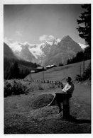 PHoto Prise Sur La Route Des Dolomites En Italie Année 1955 Femme Montagne Chalets - Luoghi