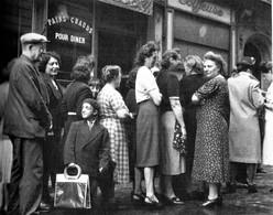 WW2 - La Queue Devant Une Pâtisserie Parisienne En 1942 - 1939-45